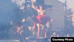 Грузиядағы Самтредиа қаласында белсенділер полицияның көлігін ақ түске бояп жатыр.