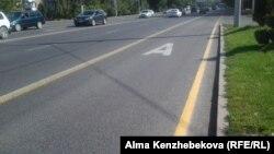 Выделенная для общественного транспорта полоса на проспекте Абая. Алматы, 17 августа 2015 года.