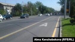 Выделенная для общественного транспорта линия на проспекте Абая. Алматы, 17 августа 2015 года.