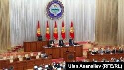 Депутаты во время заседания в парламенте Кыргызстана. Бишкек, 30 июня 2014 года.