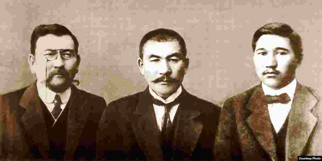"""""""Қазақ"""" газетінің құрылтайшылары (солдан оңға қарай): Ахмет Байтұрсынұлы, Әлихан Бөкейхан және Міржақып Дулатұлы."""