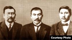 Лидеры партии «Алаш» Ахмет Байтурсынулы (слева), Алихан Букейхан (в центре) и Миржакып Дулатов (справа).