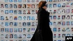 Fotografitë e personave të pagjetur në rrethojën e Kuvendit të Kosovës.(Foto nga arkivi)