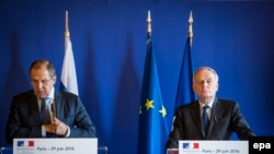 Министр иностранных дел России Сергей Лавров (слева) и министр иностранных дел Франции Жан-Марк Айро.