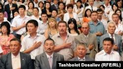 Эрежеге ылайык, Кыргызстандын гимни ырдалганда жарандар оң колун жүрөктүн тушуна коюшат.