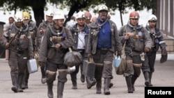 Шахтеры шахты имени Кузембаева возвращаются после смены. Карагандинская область, 24 июня 2010 года.