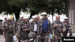 Карагандинские шахтеры идут с вахты. 24 июня 2010 года.