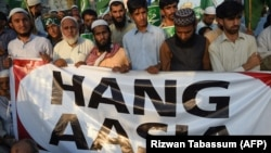 Supporters of Jamaat-e Islami (JI), a Pakistani Islamist party, protest the acquittal of a Christian woman Asia Bibi after she was sentenced to death for blasphemy.