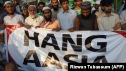 Pakistanis protesting the acquittal of Christian woman Asia Bibi of blasphemy charges.