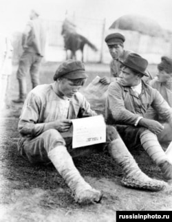 Войници от Червената армия четат вестник на полския фронт.