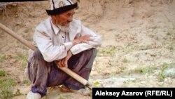 80-летний старик отвоевывает в одиночку землю у пустыни. Кадр из фильма «Завтра море» Катерины Суворовой.