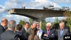 Керівники МЗС Німеччини і Франції (праворуч) неподалік Слов'янська біля моста, який був підірваний влітку 2014 року за наказом одного з ватажків угруповання «ДНР», російського полковника Ігоря Гіркіна. 15 вересня 2016 року