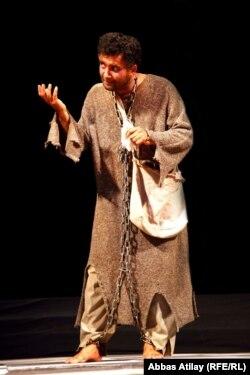 """İlqar Cahangirov Gənc Tamaşaçılar teatrının """"Ezop"""" tamaşasında, 2011"""