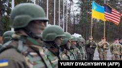 Украиналық және америкалық әскерилері осының алдындағы бірлескен жаттығуының ашылу рәсімінде тұр. Львов облысы, Украина, 20 сәуір 2015 жыл.