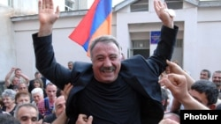 Armenia - Opposition leader Sasun Mikaelian receives a hero's welcome after being released from prison, 27May2011.