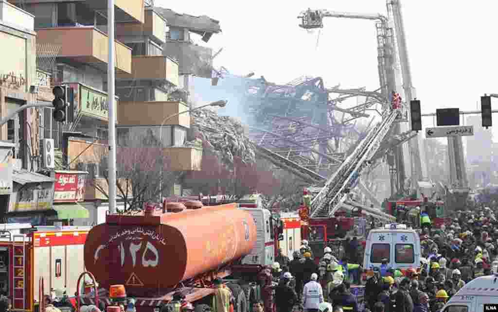 Полицейские, как сообщается, сдерживали владельцев офисов, магазинов и других граждан, которые порывались забрать свои ценности из горящего небоскреба.