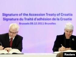 Predsjednik i premijerka Hrvatske, Ivo Josipović i Jadranka Kosor potpisuju pristupni ugovor sa EU, 9 . prosinac 2011.
