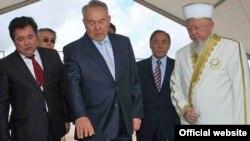 Президент Казахстана Нурсултан Назарбаев рассматривает макет будущей мечети в Астане. Астана, 29 июля 2009 года.