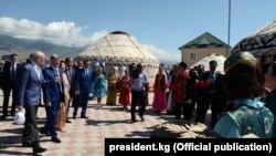 Форумдун президент Алмазбек Атамбаев баштаган катышуучулары. 21-июль, 2017-жыл