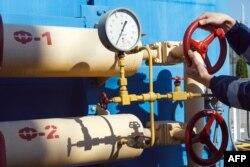 Жұмысшы газ құбырының шүмегін бұрап жатыр. Украина, 21 мамыр 2014 жыл. (Көрнекі сурет)