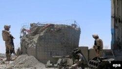 НАТОнун солдаттары жанкечти өзүн-өзү бомба менен жардырган жайды инспекция кылышууда. Кандагар, Даман району. 30-апрель 2015