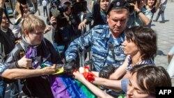 Полицейские задерживают активистов, в руках у которых флаг ЛГБТ-сообщества. Москва, 31 мая 2014 года.
