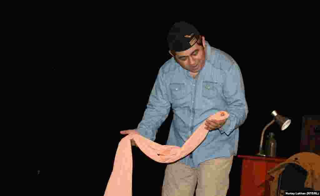 Сафуан Рысбайулы изображает сцену общения Принца со Змеей.