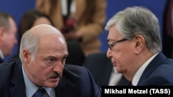 Президент Беларуси Александр Лукашенко (cлева) и президент Казахстана Касым-Жомарт Токаев на предыдущей встрече, проходившей в начале октября в столице Армении.