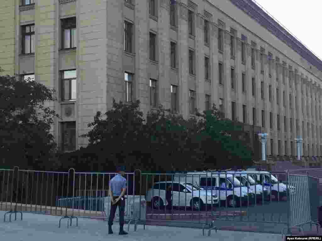 Полицейский дежурит на площади Астана. Алматы, 6 июля 2018 года.
