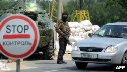 Ուկրաինա - Ռուսամետ զինյալը Դոնեցկի մերձակայքում գտնվող Պեսկի գյուղի անցակետում, 3-ը հունիսի, 2014թ․