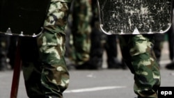 Китайские солдаты стоят рядом с шипами безопасности на одной из улиц в Урумчи. 8 июля 2009 года.