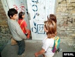 Romska djeca ispred škole u Beogradu, foto: Vesna Anđić