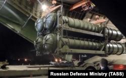 Зенитные комплексы С-300 разгружаются на базе Хмеймим. Октябрь 2018 года