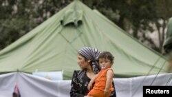 Женщина с ребенком в лагере для беженцев из Кыргызстана. Поселок Еркишлак на кыргызско-узбекской границе. 15 июня 2010 года.