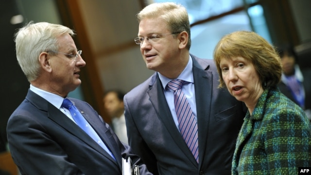 Belgium -- Swedish Foreign Minister Carl Bildt (L), EU Enlargement Commissioner Stefan Fule and EU foreign-policy chief Catherine Ashton speak in Brussels, 11Mar2013.