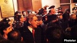 Ոստիկանության Կենտրոնականի բաժնի մոտ, Երեւան, 24-ը փետրվարի, 2011թ.