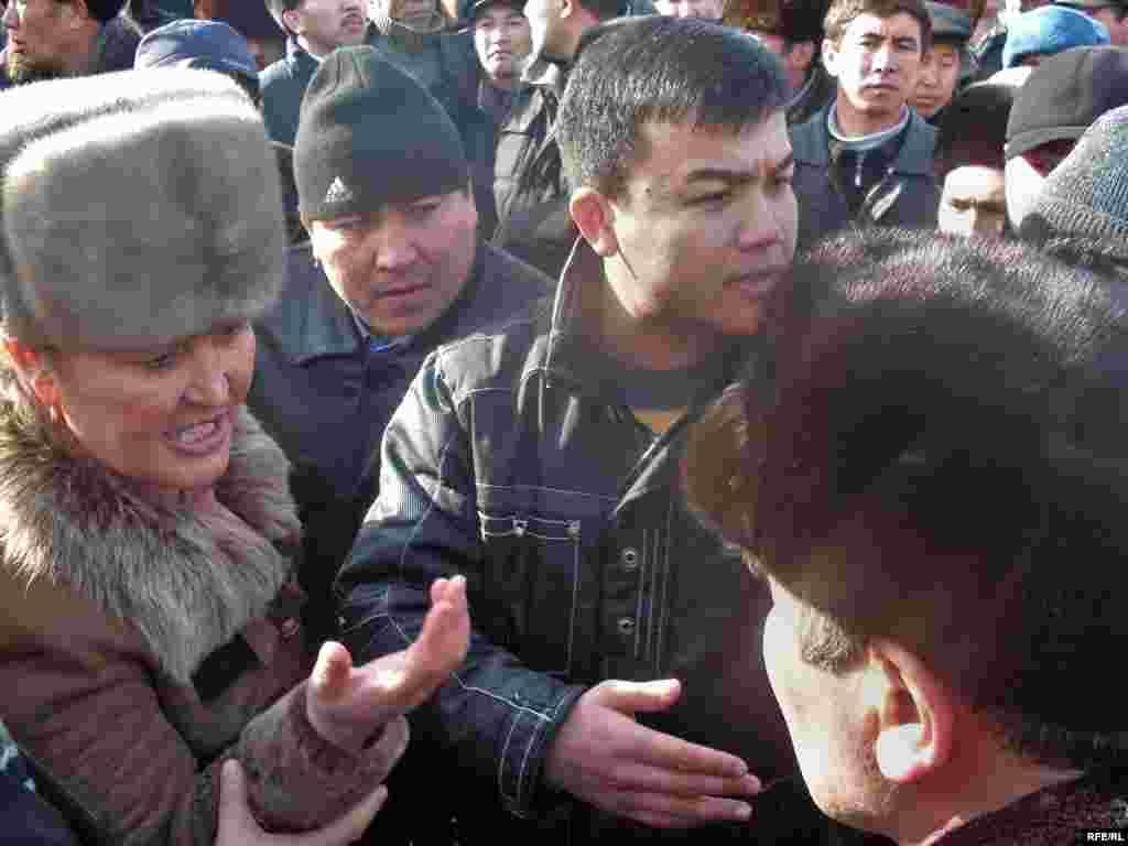 "Жолугушуу учурунда чагым салгандар болду - Kyrgyzstan - leader of opposition party ""Ata Meken"" Omurbek Tekebaev during the meeting with local population of Talas region. 16Jan2009"