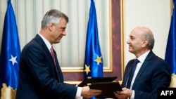 Бывший и новый премьер-министры Косова: Хашим Тачи (слева) и Иса Мустафа. Приштина, 8 декабря 2014 года.