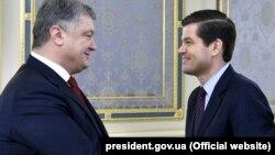 Президент України Петро Порошенко (ліворуч) і помічник державного секретаря США з питань Європи і Євразії Весс Мітчелл. Київ, 15 листопада 2017 року