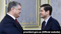 Весс Мітчелл (п) і Петро Порошенко (л), Київ, 15 листопада 2015 року