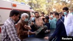 مردم عادی و تیم امداد، یک سرباز ارتش را که گفته میشود در پی حمله شیمیایی مجروح شده است، به بیمارستان منتقل میکنند
