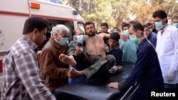 انتقال یکی از سربازان ارتش سوریه که در جریان حمله شیمیایی مجروح شده است.