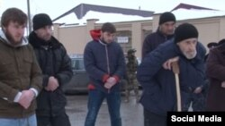 Выдворенный из Чечни Асланбек Бахарчиев (крайний справа) скончался в Калмыкии