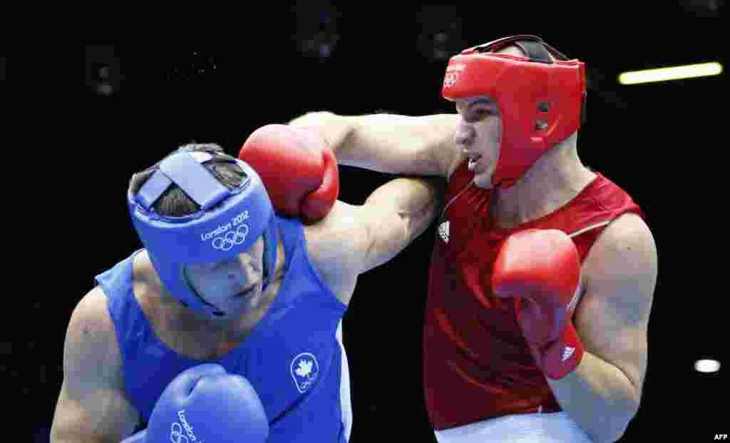 Иван Дычко (справа), бронзовый призер Олимпиады по боксу в супертяжелом весе. Лондон, 6 августа 2012 года.