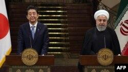 حسن روحانی (راست) همراه با شینزو آبه، نخستوزیر ژاپن در نشست خبری روز چهارشنبه در کاخ سعدآباد