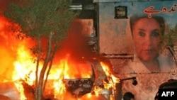 به گفته سيد کمال شاه، وزير کشور پاکستان، بر اثر انفجار دو بمب در نزديکی خودرو خانم بوتو، ۱۳۳ نفر کشته و ۲۹۰ نفر نيز به سختی مجروح شده اند.