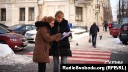 Громадська діячка Олена Єскіна-Терещенко демонструє проект забудови біля садиби Терещенків
