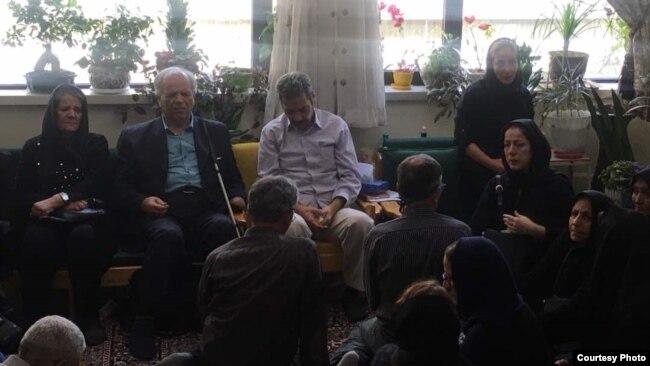 عبدالفتاح سلطانی (وسط) در منزل، روز شنبه، ۱۳ مردادماه