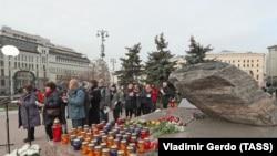 """Акция """"Возвращение имен"""" у Соловецкого камня 29 октября 2019 года"""
