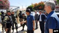 """Президент Эво Моралес улутташтырылган """"Транспортадора де Энергия Электрика"""" компаниясынын баш кеңсесине өзү келип, аскерлерге аны ээлөөнү буйруду. 1-май, 2012-жыл."""
